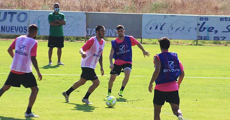Moutinho busca un compañero a quien pasar el balón con Javi Flores a sus espaldas.