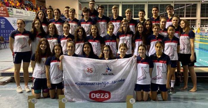 Los nadadores de Navial posando con sus trofeos en un campeonato. Foto: FAN