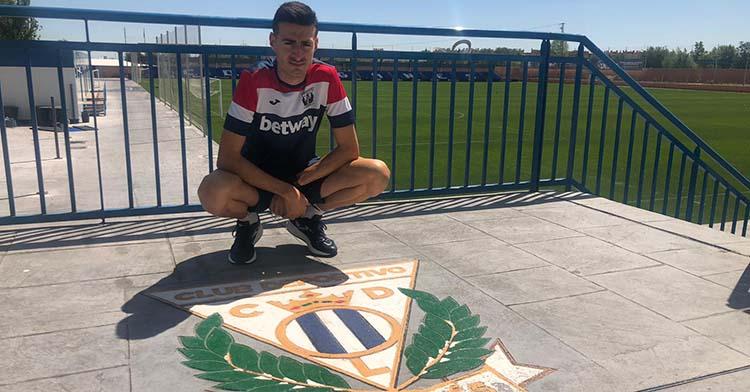 Pedro Zamorano junto al escudo del Leganés en su Ciudad Deportiva tras no de los últimos entrenamientos de los pepineros.
