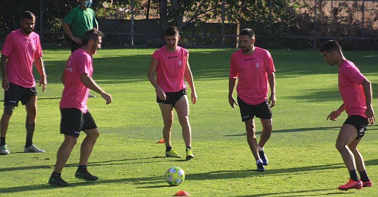 El núcleo. Los más veteranos del Córdoba: Piovaccari, Javi Flores, Xavi Molina, Carlos Valverde y Willy durante el rondo matinal de este martes.