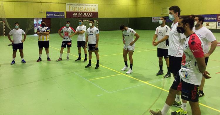 Los jugadores del BM Pozoblanco en corro en la sala de La Fuensanta. Foto: Hoy al día