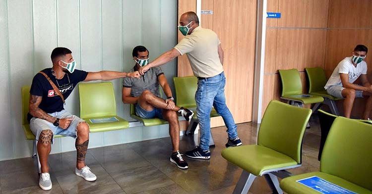 Juan Sabas saludando a Xavi Molina ante Miguel de las Cuevas en el Hospital San Juan de Dios.Juan Sabas saludando a Xavi Molina ante Miguel de las Cuevas en el Hospital San Juan de Dios.