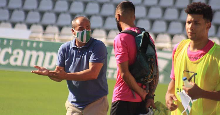 Sabas gesticula ante un Xavi Molina que no entrena con el grupo desde antes de aquel partidillo por un edema óseo en el tobillo.