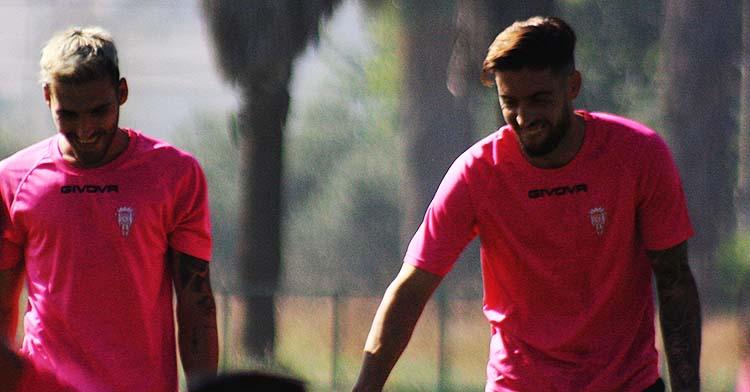 Iván Robles sonríe junto a Samu Delgado a la conclusión del entrenamiento.