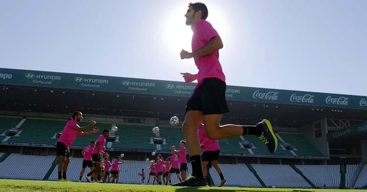 Bernardo Cruz haciendo carrera continua en El Arcángel con sus compañeros al fondo.