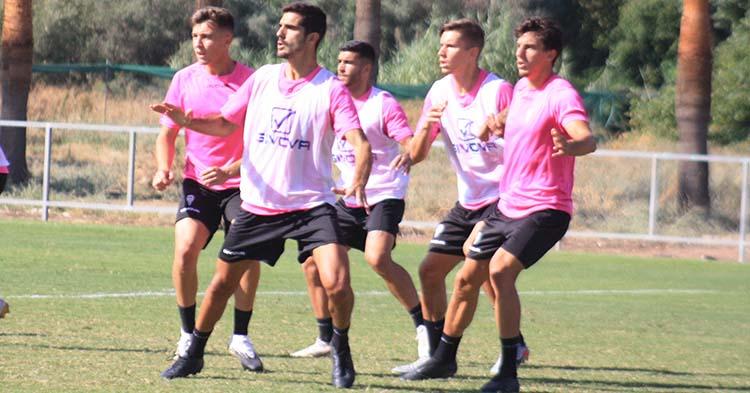 Bernardo formando pareja con Farrando en el centro de la zaga defendiendo los ensayos de faltas laterales antes de viajar a Extremadura.