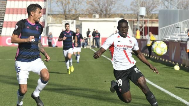 Diabaté busca el balón ante un jugador del Recre en el partido del filial sevillista en su Ciudad Deportiva.