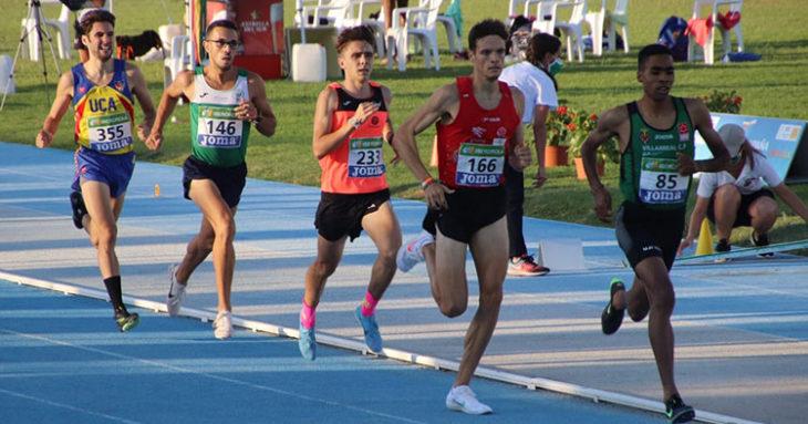 Juan Ignacio Grondona, en cuarta posición, antes de afrontar la última vuelta del 1.500 metros.