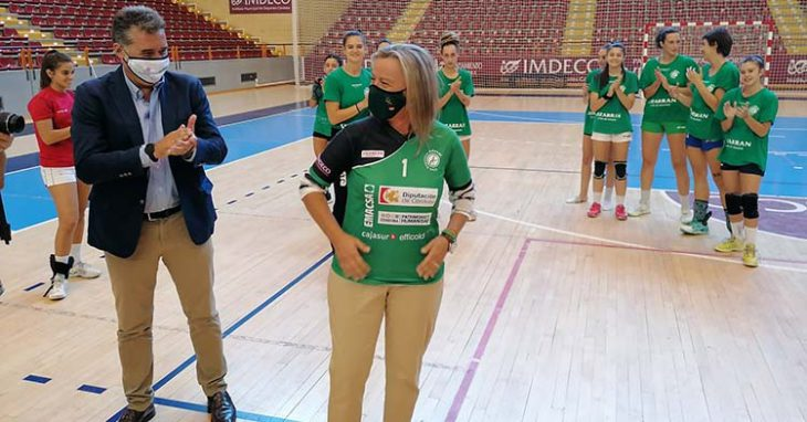 Isabel Albás enfundándose la camiseta de Adesal en su visita a su último entrenamiento junto a Manuel Torrejimeno.