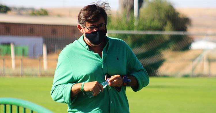 El consejero delegado del Córdoba CF, Javier González Calvo, en la Ciudad Deportiva a la conclusión de uno de los entrenamientos de la pasada semana.