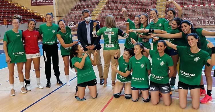 El presidente del IMDECO, Manuel Torrejimineo, junto a Isabel Albás, en su visita a Vista Alegre junto a las chicas de Adesal.