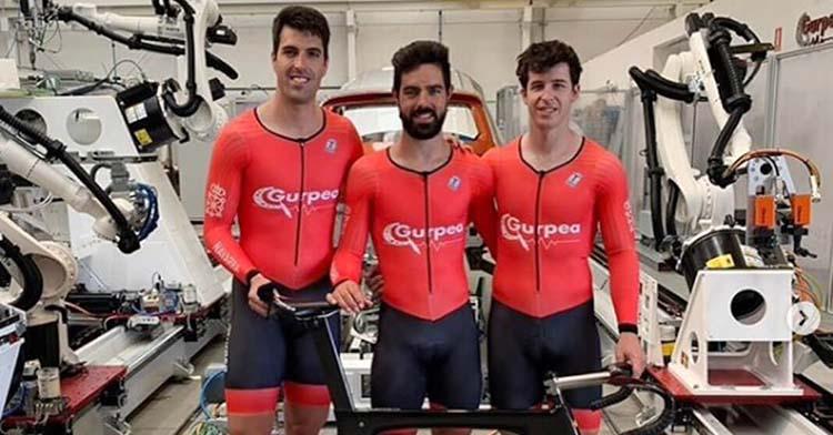 Alfonso Cabello, en el centro, junto a Juan Peralta y Sergio Aliaga, con los que debutará en la prueba de velocidad por equipos en el Nacional Absoluto de Tafalla.