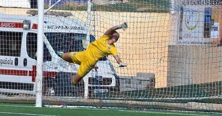 Ana de Murga, nueva jugadora del Pozoalbense, volando bajo palos