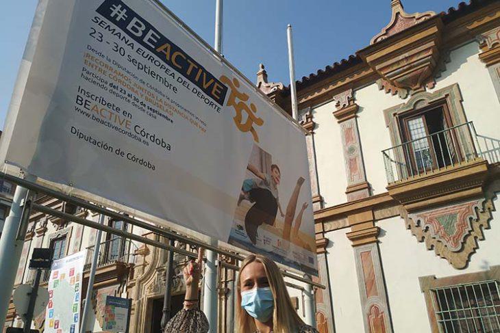 La diputada de Deportes Ana Blasco señalando el cartel que presiden al entrada a Diputación esta semana.
