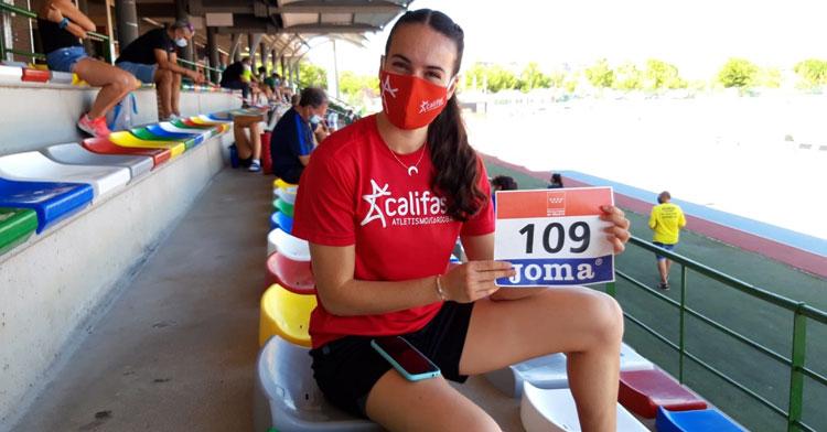 Carmen Avilés posa con su dorsal tras clasificarse para la final de 400 metros