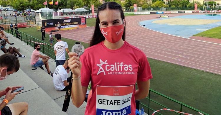 Carmen Avilés posando con la medalla de plata en Getafe