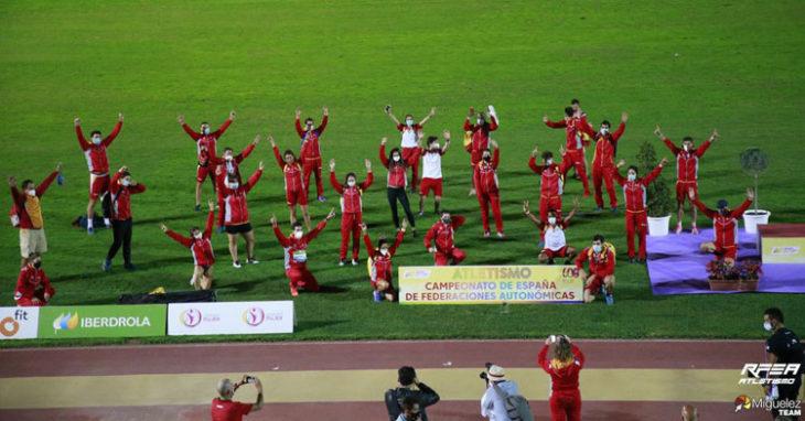 La imagen de grupo con Castilla y León celebrando el triunfo. Foto: Team Miguélez / RFEA