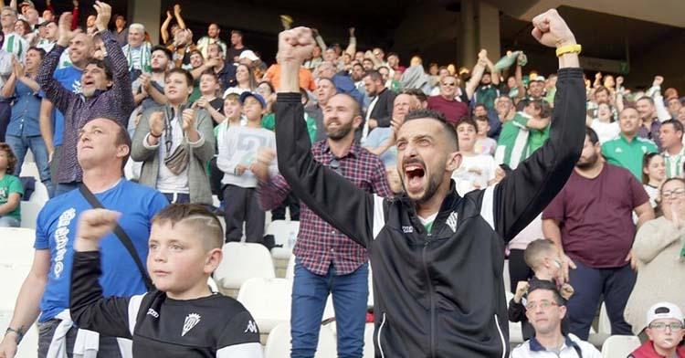 Dos cordobesistas celebrando con euforia un tanto de su equipo.