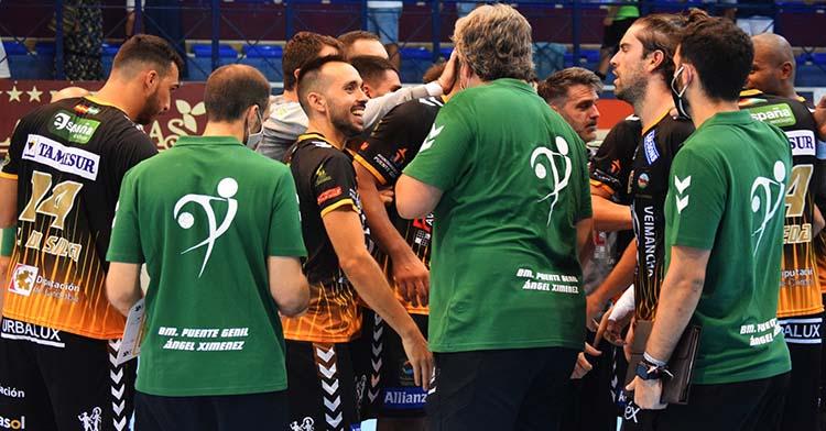 Feliz. El rostro de José Cuenca junto a Paco Bustos en la salida de un tiempo muerto lo dice todo tras alcanzar los 200 partidos en la Asobal.