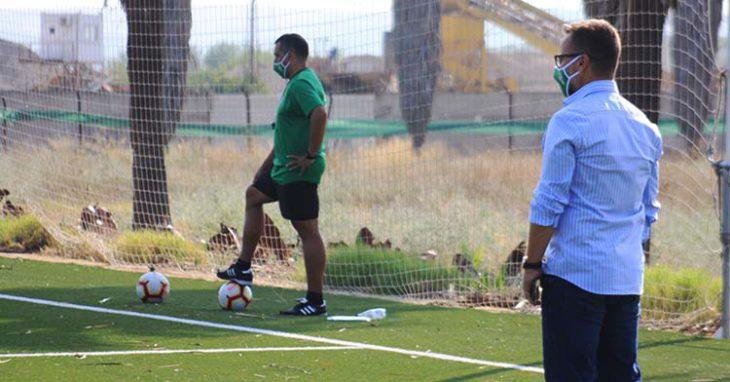David Ortega siguiendo el entrenamiento del filial con su técnico, Germán Crespo, al fondo.