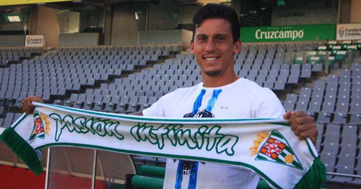 Feliz. Manu Farrando mostrando la bufanda del Córdoba CF en su puesta de largo.