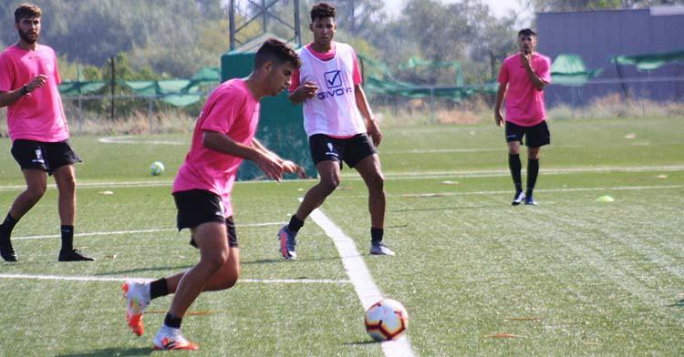 Fran Gómez ante de disparar a puerta en la vuelta a los entrenamientos del filial del Cordoba.
