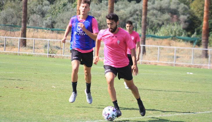 Fran Núñez saliendo con el balón jugado ante Alberto del Moral.