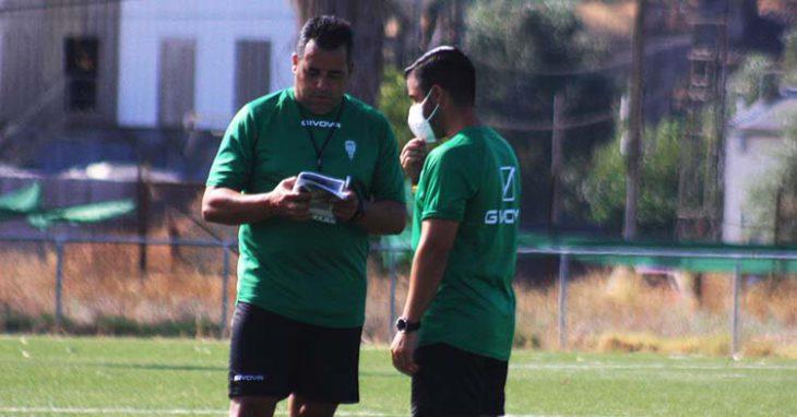 El técnico del filial del Córdoba, Germán Crespo, departiendo con uno de sus ayudantes.