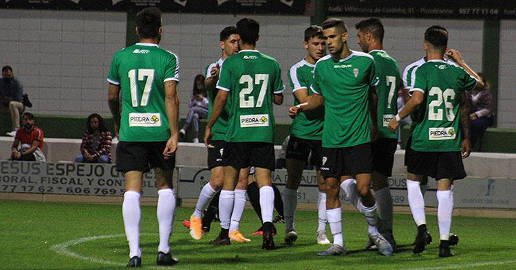 Julio Iglesias, Javi Flores, Luismi celebran el gol del extremeño con varios compañeros.