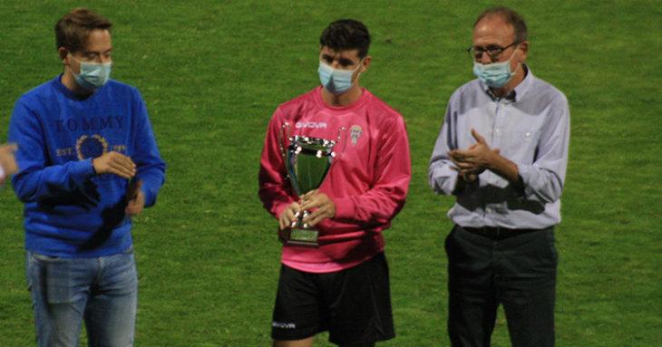 Javi Flores recibiendo de manos del presidente del Pozoblanco, Patricio Moreno, el 36 º trofeo Ciudad de Pozoblanco.