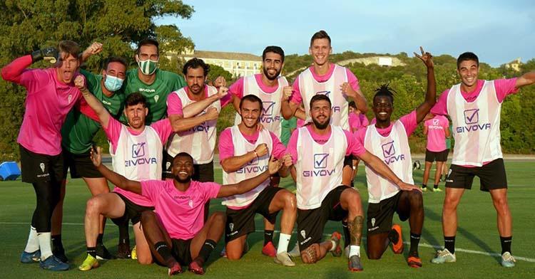 Varios jugadores del Córdoba bromean en Montecastillo al finalizar uno de los partidos con victoria.