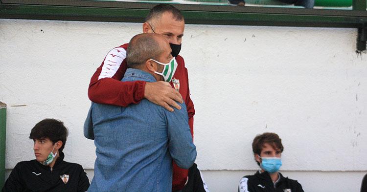 Javi Moreno saludando con un cariñoso abrazo a Juan Sabas en el amistoso de hace unas semanas