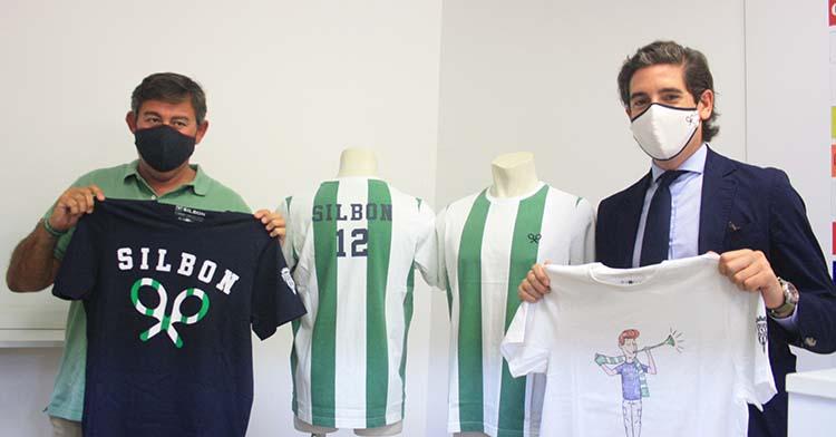 Javier González Calvo mostrando junto al director-gerente de Silbon, Pablo López, los diseños de camisetas de paseo que ya están a la venta.