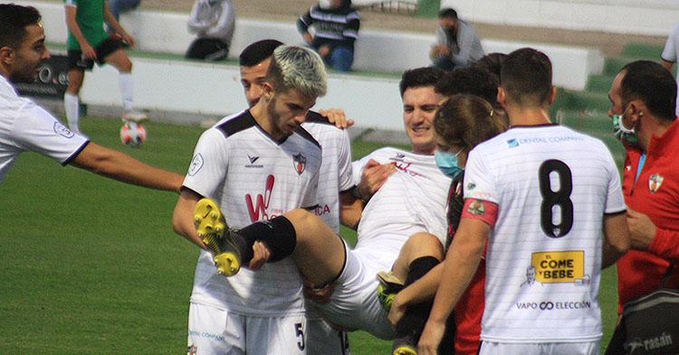 Rafa Manosalva y otros compañeros del Pozoblanco sacan en brazos al lesionado Josan.Rafa Manosalva y otros compañeros del Pozoblanco sacan en brazos al lesionado Josan.