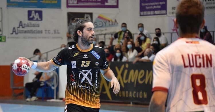 Juan Castro moviendo el balón ante el equipo de sus paisanos.