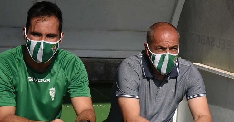 Juan Sabas en el banquillo de Torremolinos sentado junto a Rubén Betanzos.