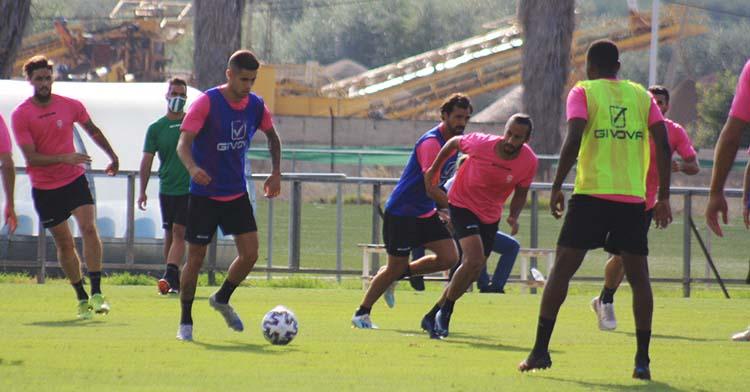 Julio Iglesias avanza con el balón en el último entrenamiento, con Djak Traoré de espaldas.