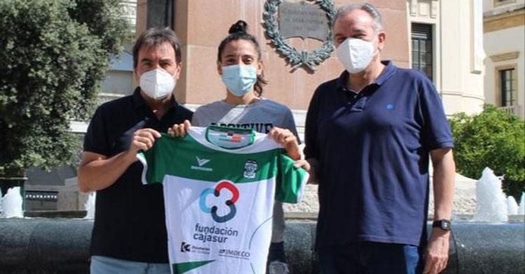 Lihuén Valcárcel con los representantes del Deportivo Córdoba Cajasur en Las Tendillas