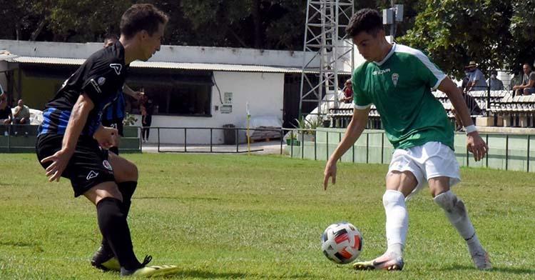 La sensación de la pretemporada. Luismi encarando a un jugador del Torremolinos el pasado domingo.