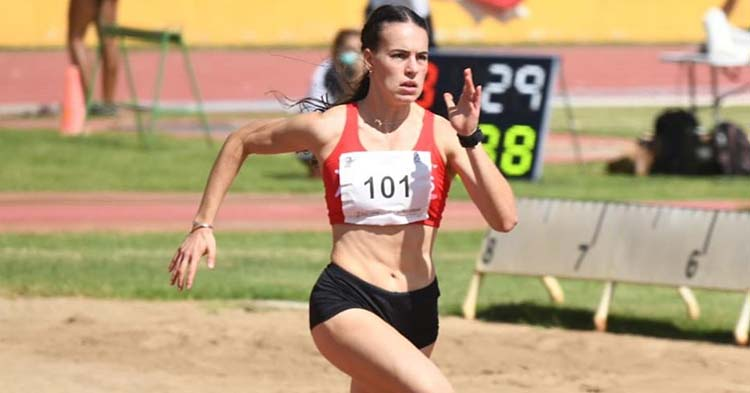 Carmen Avilés corriendo la recta final del 200 metros.