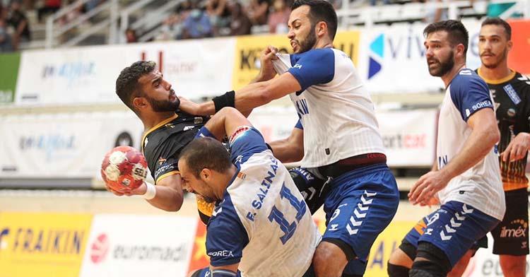 Marcio Da Silva blocado por varios jugadores de Fraikin Granollers.