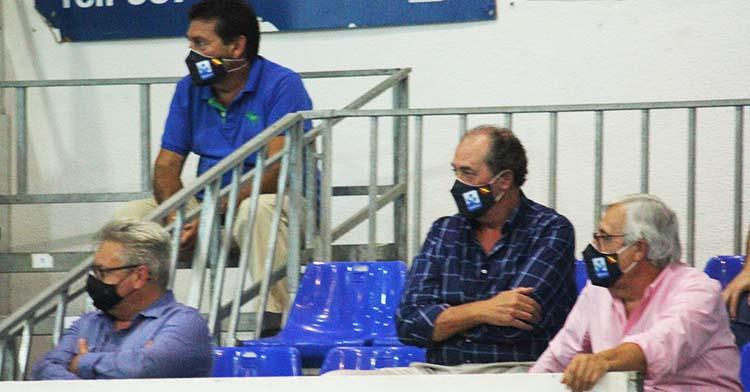 Mariano Jiménez y Francis Pérez, presidente interino de la Asobal, viendo al Ximénez en su debut ante el Sinfín.