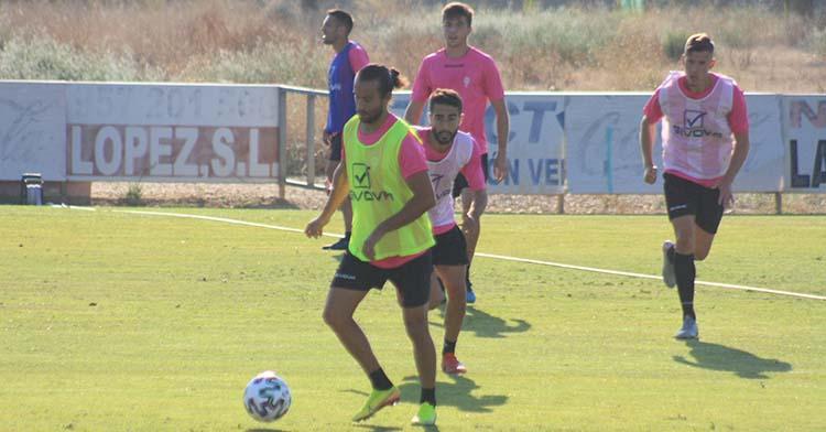Mario Ortiz se perfila para pasar el balón durante el entrenamiento.