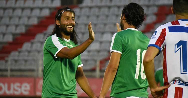Mario Ortiz celebra el gol materializado por Miguel de las Cuevas con el alicantino.