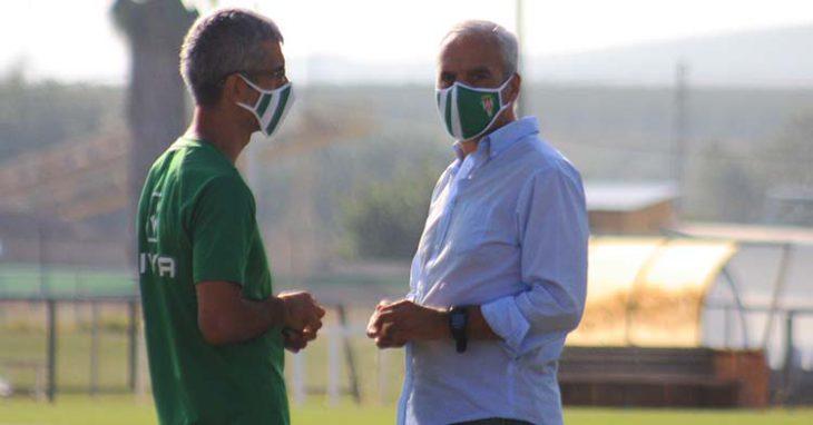 Miguel Valenzuela departiendo esta mañana en la Ciudad Deportiva con el doctor Bretones.