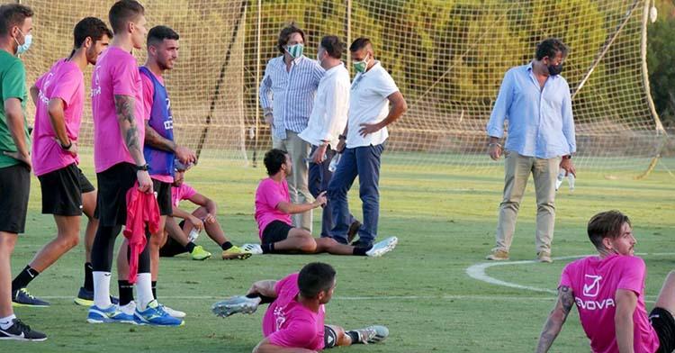 El director deportivo, Juan Gutiérrez, junto a los consejeros del Córdoba y varios futbolistas en el último entrenamiento en Montecastillo.