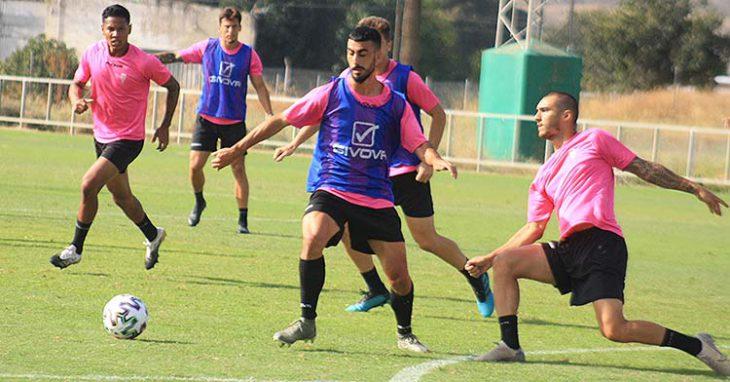 Moutinho desplaza el balón ante la presión de Moyano, con Darren Sidoel al fondo.