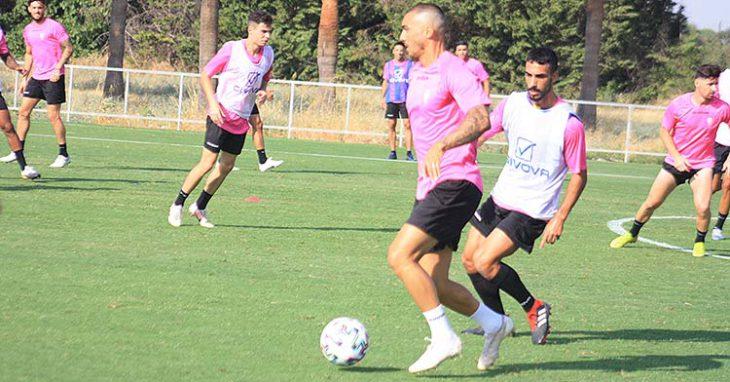 El cambio de look de Moutinho, que controla el balón con su cuero cabelludo prácticamente rapado ante Núñez.