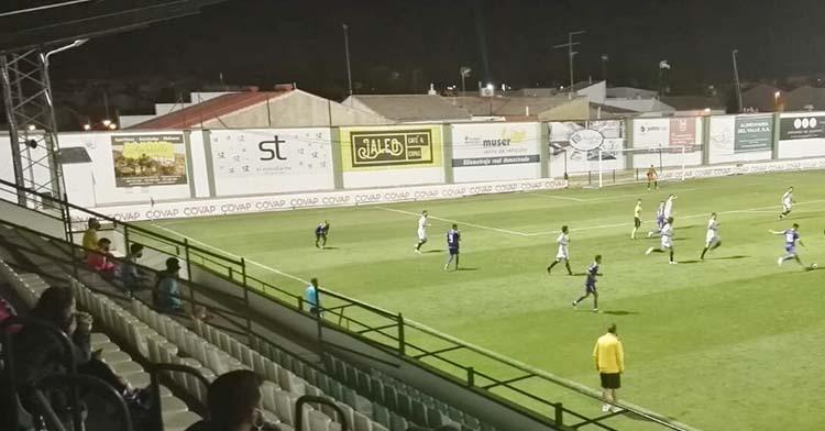 Una imagen con las gradas vacías del Municipal de Pozoblanco, en el que sólo se vieron a directivos y jugadores suplentes