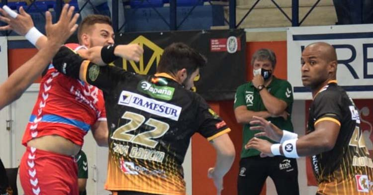 Paco Bustos siguiendo el partido de sus pupilos el pasado miércoles ante el Sinfín.